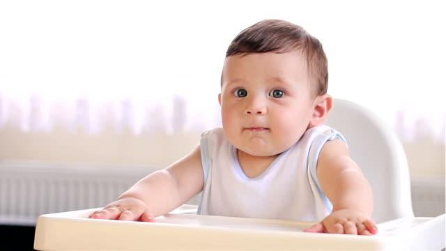 vidéos et rushes de bébé à la recherche, écouter et rire sur la chaise haute - salle attente