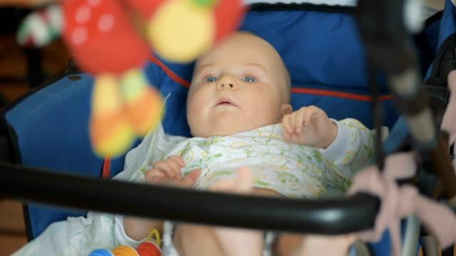 vídeos de stock, filmes e b-roll de bebê deitado no carrinho de bebê - só bebês meninos
