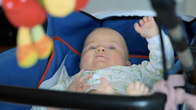 vídeos de stock, filmes e b-roll de deitado no carrinho de bebê - só bebês meninos