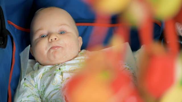 baby im kinderwagen liegend - ein männliches baby allein stock-videos und b-roll-filmmaterial