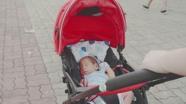 baby; mutter zu fuß und schiebt baby boys in kinderwagen. - sportkinderwagen stock-videos und b-roll-filmmaterial