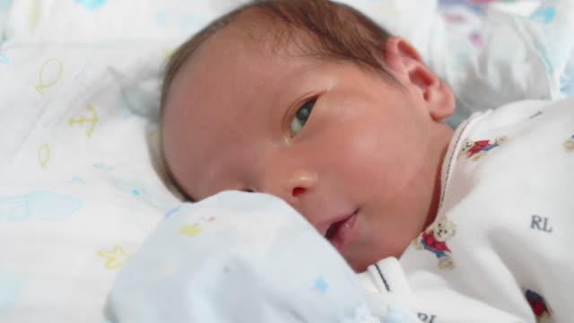 赤ちゃん;生まれたばかりの男の子はユーラシアの民族性をクローズアップ。 - ユーラシアエスニシティ点の映像素材/bロール