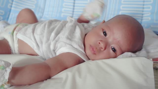 赤ちゃん;生まれたばかりの男の子はユーラシア民族のクローズアップに直面しています。 - ユーラシアエスニシティ点の映像素材/bロール