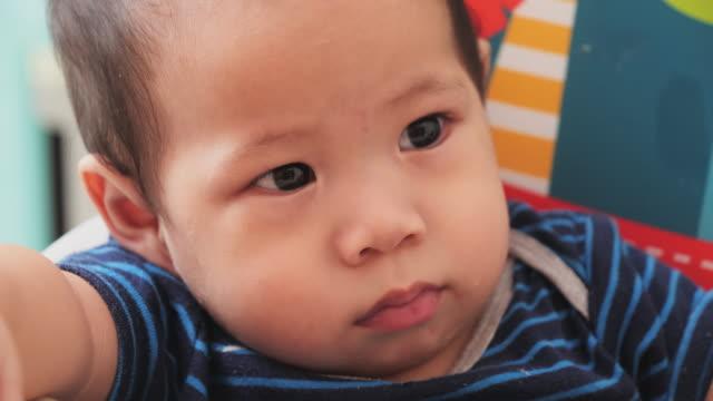 stockvideo's en b-roll-footage met baby; slo mo, cu, pasgeboren babyjongen gezicht dicht omhoog van euraziatische etniciteit. - alleen baby's