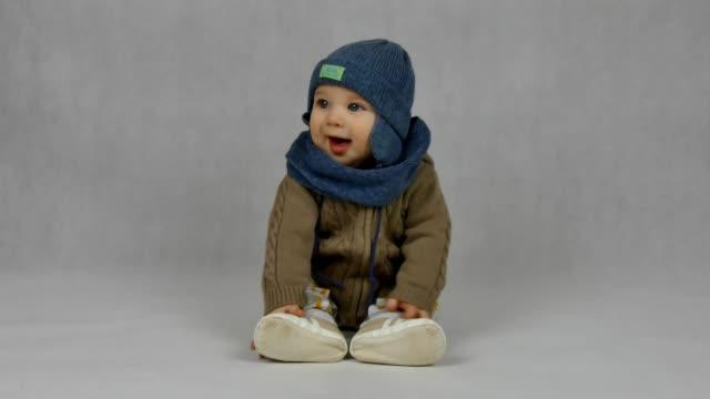 白い背景の上の赤ちゃん - 男の赤ちゃん一人点の映像素材/bロール