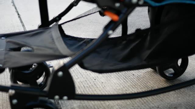 vídeos y material grabado en eventos de stock de bebé silla de paseo con la madre - cochecito de bebé