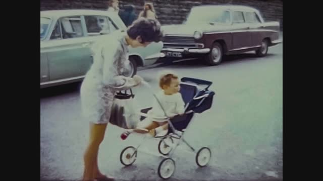 baby on the stroller in 60s - 甥点の映像素材/bロール