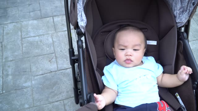 vídeos y material grabado en eventos de stock de juego del bebé en la carriola - 6 11 meses
