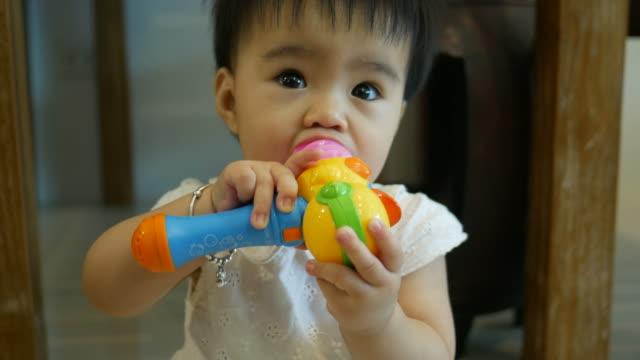 口の中で赤ちゃん再生プラスチックのおもちゃ - 遊具点の映像素材/bロール