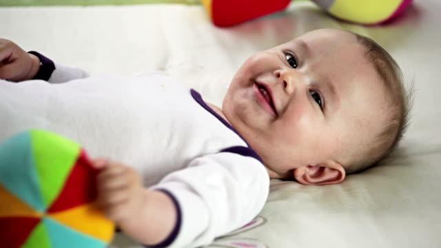 vídeos de stock, filmes e b-roll de bebê brincando e sorrindo - animal de brinquedo