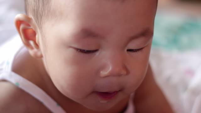 baby spielt auf dem bett - ein männliches baby allein stock-videos und b-roll-filmmaterial