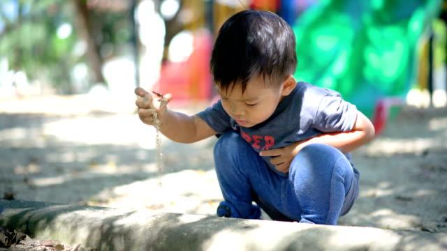 赤ちゃんの遊び場で遊んで砂。 - ヨゴレ点の映像素材/bロール