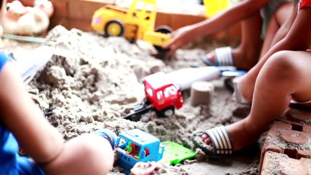 vídeos de stock, filmes e b-roll de joga areia bebê - areia