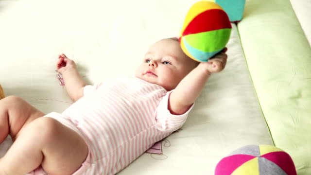 vídeos de stock, filmes e b-roll de bebê brincando - animal de brinquedo