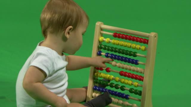 vidéos et rushes de zo ls baby playing with an abacus - un seul bébé garçon
