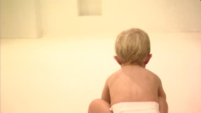 vídeos de stock, filmes e b-roll de baby playing with ball - só um bebê menino
