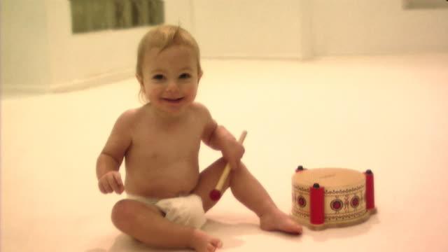 vídeos de stock, filmes e b-roll de baby playing with drum - só um bebê menino