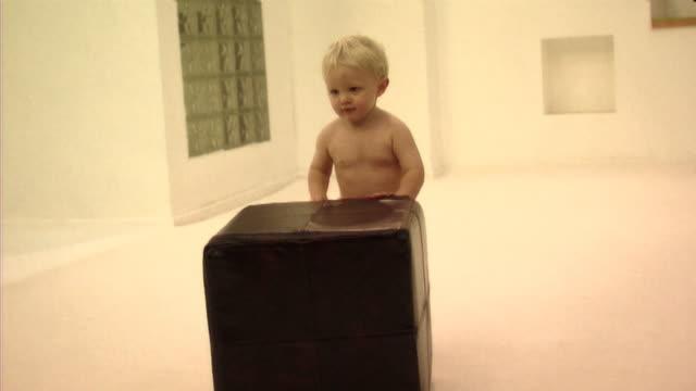 vídeos de stock, filmes e b-roll de baby playing with footstool - só um bebê menino