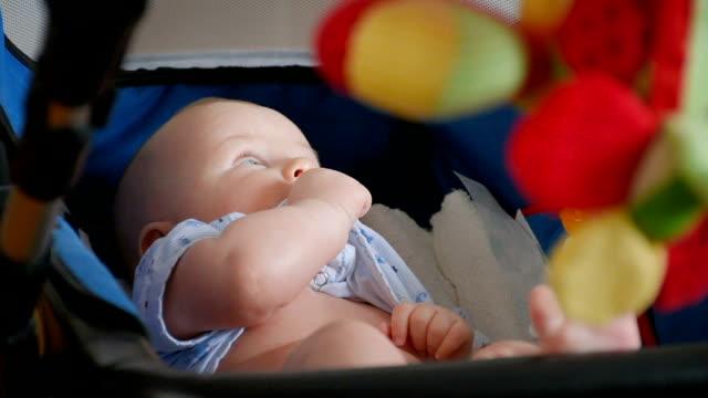 vídeos de stock, filmes e b-roll de bebê brincando com brinquedos penduradas, perto de - só bebês