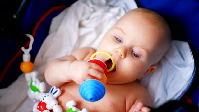 stockvideo's en b-roll-footage met baby spelen met speelgoed, close-up - speelgoed