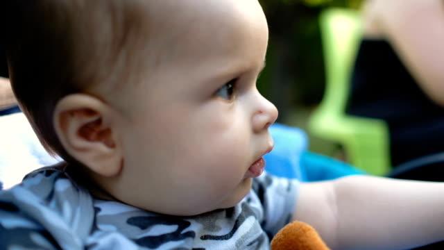 Baby spielt mit Spielzeug, Nahaufnahme