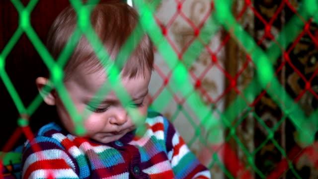 vidéos et rushes de jouer avec des jouets dans le lit de bébé - langue humaine
