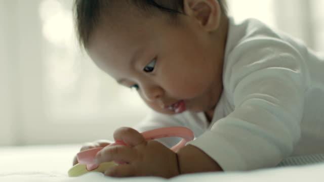 床におもちゃで遊んで赤ちゃん - 床点の映像素材/bロール