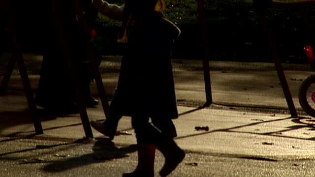 baby p's stepfather found guilty of raping 2 year old girl r01120810 focus shot of parents and children in playground area / anonymous shots of... - 継父点の映像素材/bロール