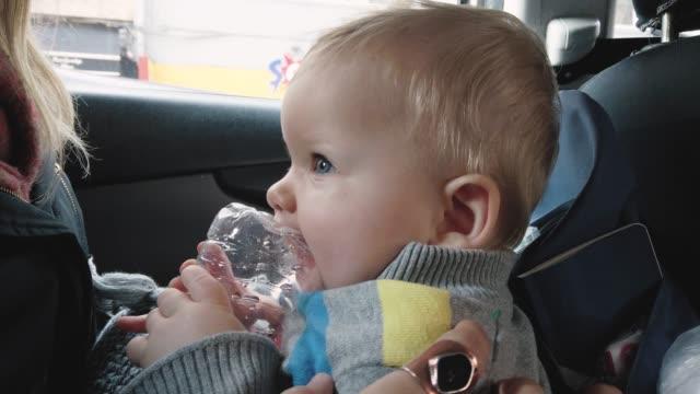 すべてを口に入れる赤ちゃん - 遊具点の映像素材/bロール