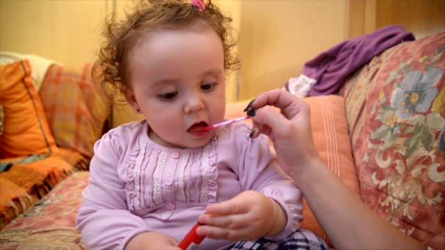 Baby putting auf make-up