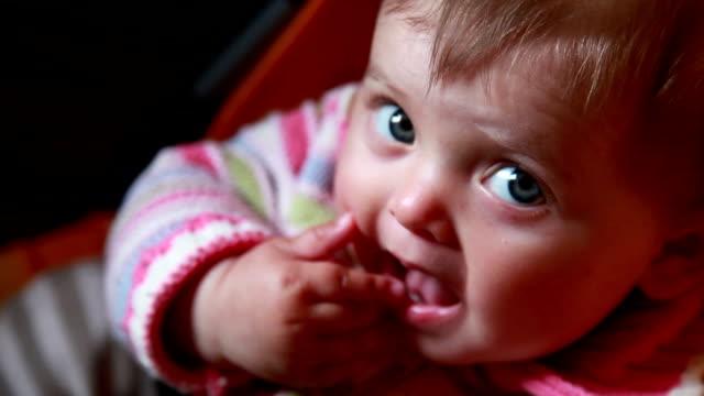 baby gnugga hennes växande kliande tänder - endast en flickbaby bildbanksvideor och videomaterial från bakom kulisserna