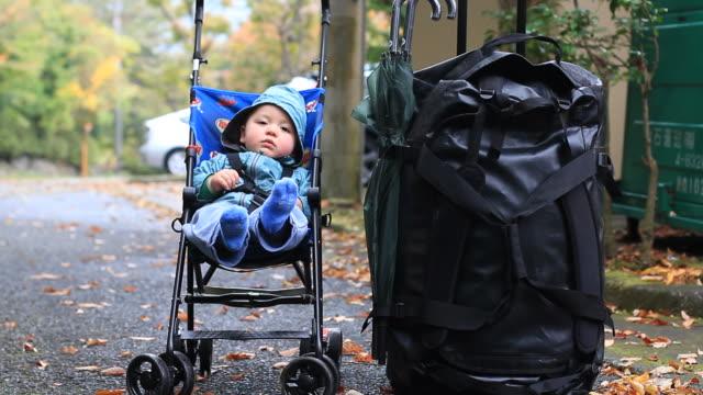 Bambino è pazientemente in un passeggino