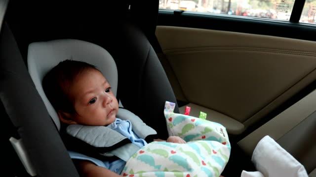vídeos de stock, filmes e b-roll de bebê que senta-se no assento de carro - cadeirinha cadeira