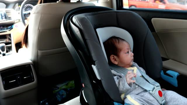 Baby-Sitter in Autositz