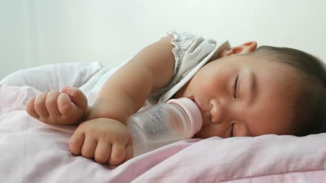 Baby-Schlaf während des Trinkens Milchflasche