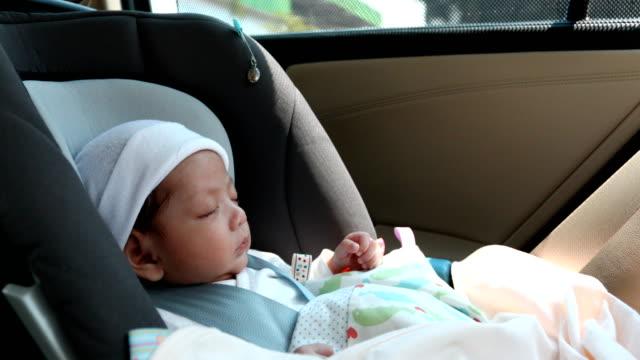 vídeos de stock, filmes e b-roll de bebê dormindo no banco do carro - cadeirinha cadeira