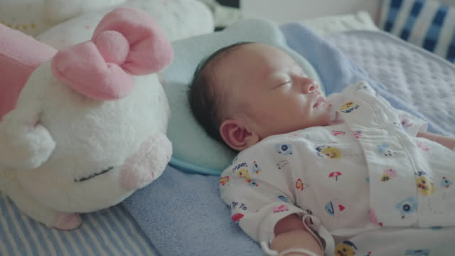 vídeos y material grabado en eventos de stock de un bebé durmiendo en la cama - bebés 0 1
