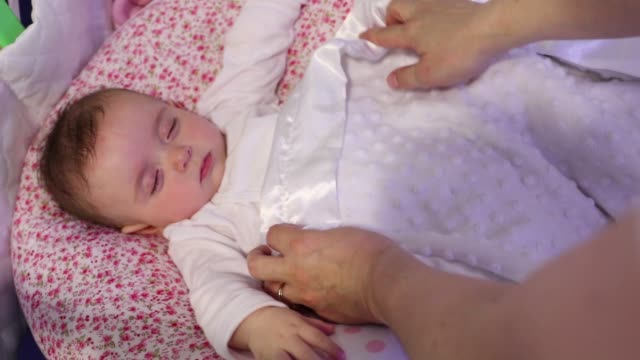 vidéos et rushes de baby sleeping on bed - 6 11 mois