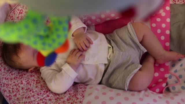 baby sleeping on bed - 6 11 månader bildbanksvideor och videomaterial från bakom kulisserna
