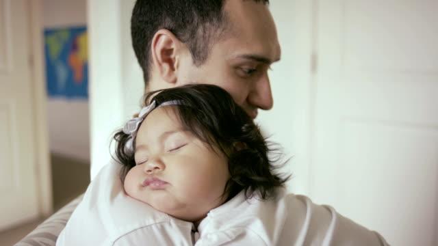 Baby Schlafen auf Vater im Kinderzimmer