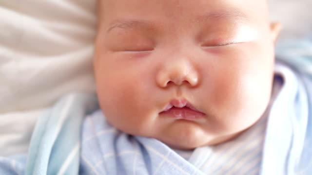 赤ちゃん睡眠 - 新生児点の映像素材/bロール