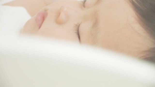 baby sleeping - ein männliches baby allein stock-videos und b-roll-filmmaterial