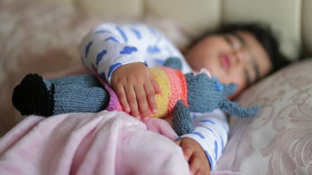 baby sova med favorit teddy - endast en flickbaby bildbanksvideor och videomaterial från bakom kulisserna