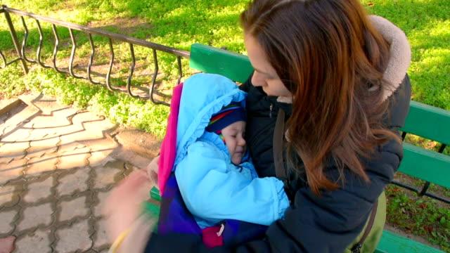 vídeos de stock e filmes b-roll de bebé estiver inactivo por sua mãe de braços - braço humano