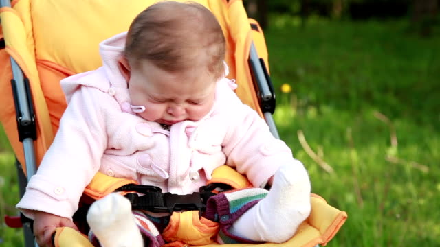 stockvideo's en b-roll-footage met baby niezen in het park - verkoudheid en griep