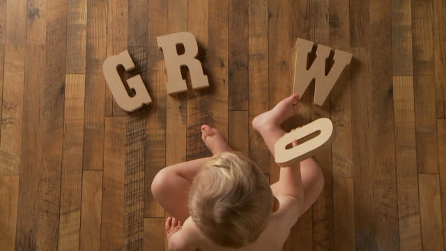 ベビー短期間「成長の - 赤ちゃんのみ点の映像素材/bロール