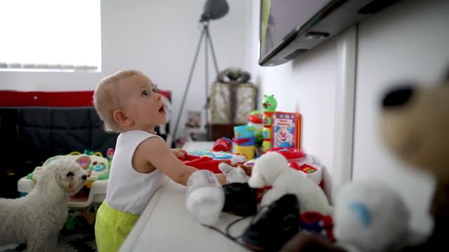 bambino in piedi accanto ai mobili - staring video stock e b–roll