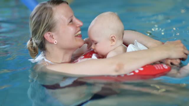 baby swimming - auf dem wasser treiben stock-videos und b-roll-filmmaterial