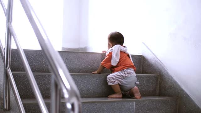 vídeos de stock, filmes e b-roll de querida criança 'primeiros passos' subir escadas em casa - primeiros passos