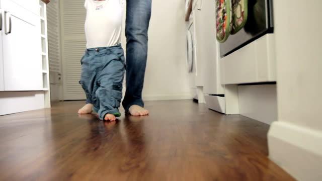 baby kleinkind erste schritte. hd - erste schritte stock-videos und b-roll-filmmaterial
